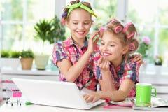 Muchachas lindas del tweenie con el ordenador portátil Foto de archivo