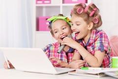 Muchachas lindas del tweenie con el ordenador portátil Fotografía de archivo
