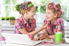 Muchachas lindas del tweenie con el ordenador portátil Fotos de archivo