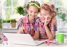 Muchachas lindas del tweenie con el ordenador portátil Foto de archivo libre de regalías