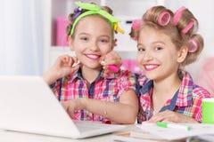 Muchachas lindas del tweenie con el ordenador portátil Fotos de archivo libres de regalías
