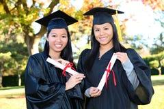Muchachas lindas en la graduación Imagenes de archivo