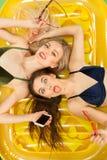 Muchachas lindas en los trajes de baño que presentan en el estudio Adolescentes caucásicos del retrato del verano en fondo de los Fotos de archivo libres de regalías