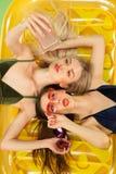 Muchachas lindas en los trajes de baño que presentan en el estudio Adolescentes caucásicos del retrato del verano en fondo de los Fotos de archivo