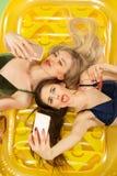 Muchachas lindas en los trajes de baño que presentan en el estudio Adolescentes caucásicos del retrato del verano en fondo rosado Fotografía de archivo libre de regalías