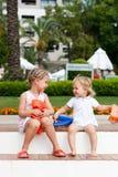 Muchachas lindas que se preparan para ir a nadar en brazales Fotografía de archivo libre de regalías