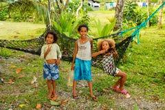 Muchachas locales que juegan en un pequeño pueblo a lo largo del paseo costero de Lavena imagen de archivo libre de regalías