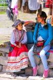 Muchachas locales que se sientan en el mercado en el pueblo de Maca en Colca Canyo Fotografía de archivo libre de regalías