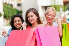 Muchachas magníficas hacia fuera que hacen compras Imágenes de archivo libres de regalías