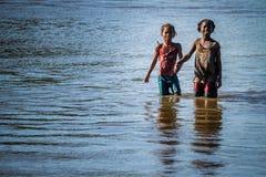Muchachas malgaches en un río Imágenes de archivo libres de regalías