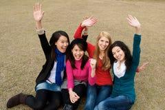 Muchachas multiculturales en animar de la universidad Imagen de archivo libre de regalías