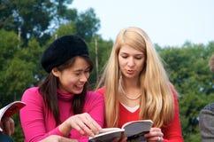 Muchachas multiculturales que estudian en universidad Fotos de archivo