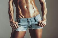 Muchachas musculosas del abdomen en pantalones cortos Imágenes de archivo libres de regalías