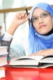 Muchachas musulmanes con un libro Imagen de archivo