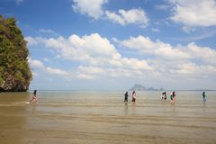 Muchachas musulmanes felices o adolescencias que gozan en el mar durante el verano va imagenes de archivo