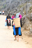 Muchachas no identificadas de diversos grupos étnicos que dejan a Lung Phin Imagen de archivo libre de regalías
