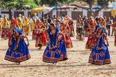 Muchachas no identificadas de Rajasthani que se preparan para el funcionamiento de la danza en Fotos de archivo