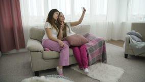 Muchachas ociosas del pasatiempo de los amigos de Selfie que toman la foto almacen de metraje de vídeo