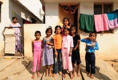 Muchachas pobres con los corazones hermosos y sonrisa dulce Fotos de archivo