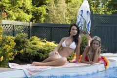 Muchachas por la piscina Imagenes de archivo