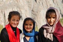 3 muchachas preciosas que sonríen en el pueblo de Hussaini, Paquistán Foto de archivo