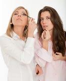 Muchachas que aplican maquillaje Foto de archivo libre de regalías