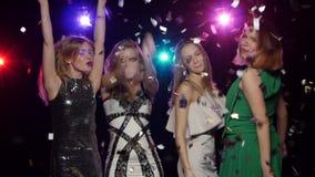 Muchachas que bailan, confeti que lanza, besos que soplan Cambio dinámico del foco metrajes