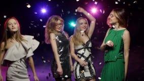 Muchachas que bailan debajo de confeti del brillo del vuelo Cambio dinámico del foco almacen de metraje de vídeo