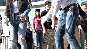 Muchachas que bailan en el campeonato de la danza moderno almacen de video