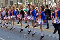 Muchachas que bailan en el desfile del St Patrick imagenes de archivo