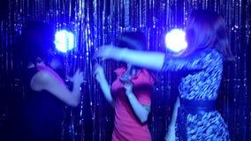 Muchachas que bailan en un fondo de la malla de la Navidad almacen de video