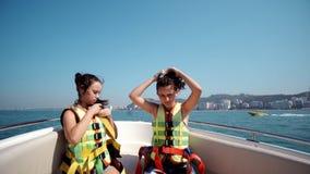 Muchachas que bailan en un yate que cruza rápidamente en el mar abierto Imagenes de archivo