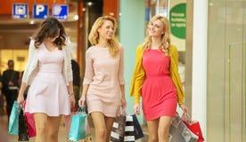 Muchachas que caminan alrededor de la alameda de compras Imágenes de archivo libres de regalías