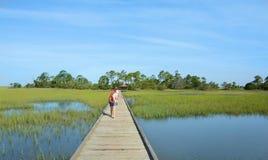 Muchachas que caminan el vacaciones Imagen de archivo