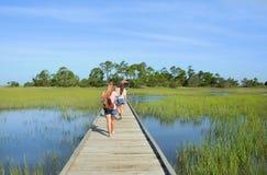 Muchachas que caminan el vacaciones Fotos de archivo
