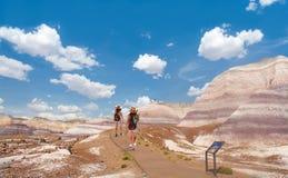Muchachas que caminan en el desierto hermoso de Arizona Imagenes de archivo
