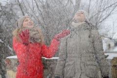 Muchachas que caminan en la calle en invierno Foto de archivo libre de regalías