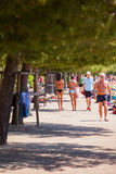 Muchachas que caminan a lo largo del litoral Imagen de archivo
