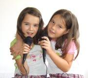 Muchachas que cantan foto de archivo