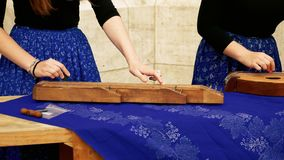 Muchachas que cantan en los instrumentos tradicionales de los acordes del magyar metrajes
