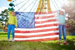 Muchachas que celebran a las barras y estrellas Fotos de archivo