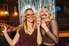 Muchachas que celebran Noche Vieja en el club nocturno imagenes de archivo