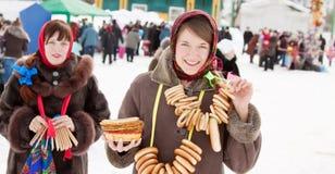 Muchachas que celebran Shrovetide en Rusia Imagenes de archivo