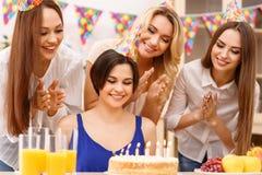 Muchachas que celebran un cumpleaños Fotografía de archivo