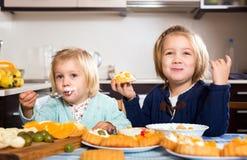 Muchachas que comen el postre de los pasteles fotografía de archivo