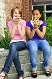Muchachas que comen la pizza Imágenes de archivo libres de regalías