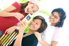 Muchachas que comparten la información del teléfono celular Fotos de archivo libres de regalías