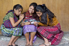 Muchachas que comparten un teléfono celular Fotografía de archivo