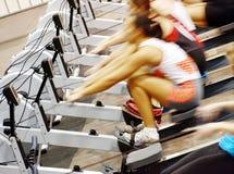 Muchachas que ejercitan en la gimnasia Fotografía de archivo libre de regalías