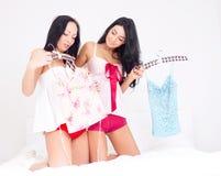 Muchachas que eligen la ropa Imagenes de archivo